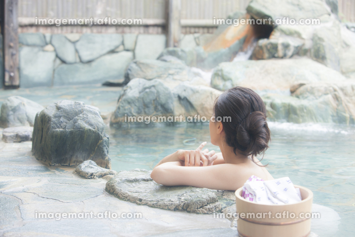 露天風呂に浸かる女性の販売画像
