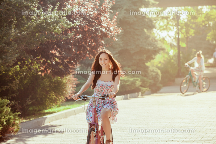 The young girl with bicycle in parkの販売画像