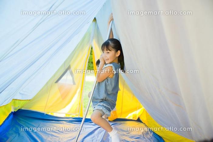 テントの中にいる笑顔の女の子の販売画像