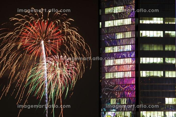 花火とビルの合成写真の販売画像
