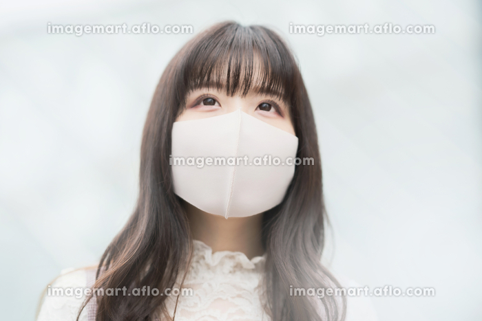 マスク姿の若い女性の販売画像