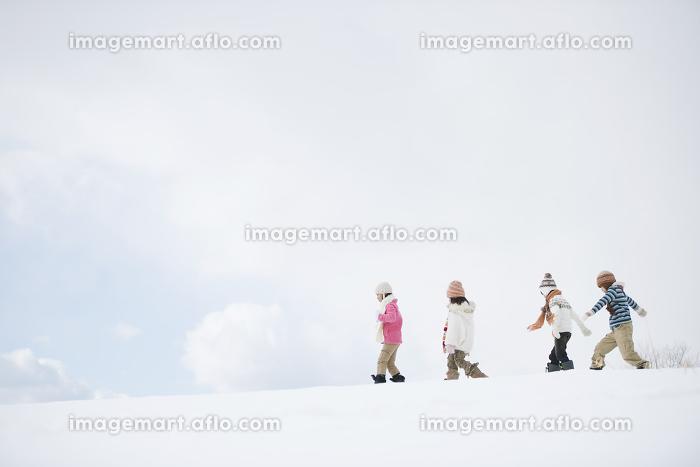 雪原を歩く小学生の販売画像