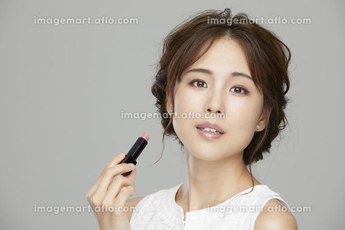 口紅を塗る日本人女性