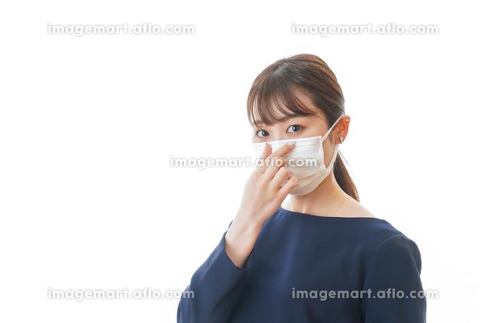 マスクをした若い女性の販売画像