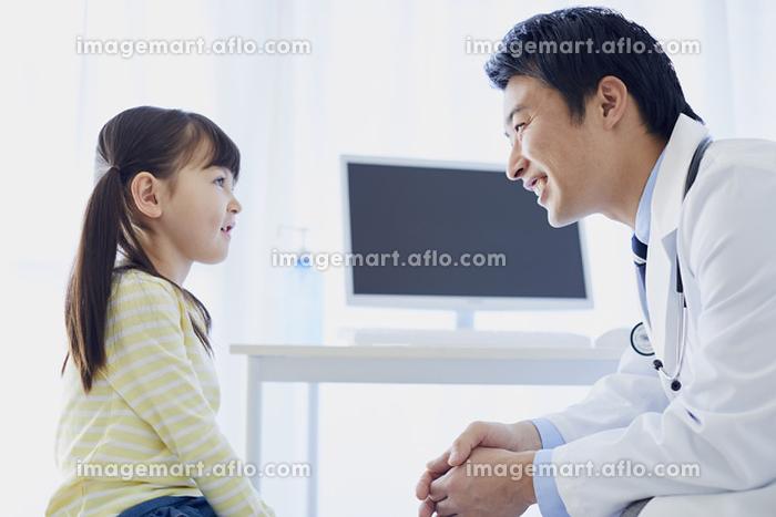 診察をする日本人医師