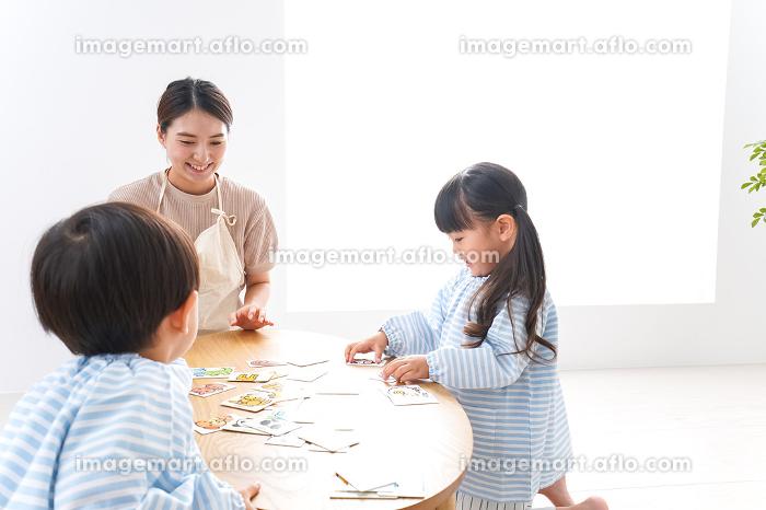 幼稚園で勉強をする子供の販売画像