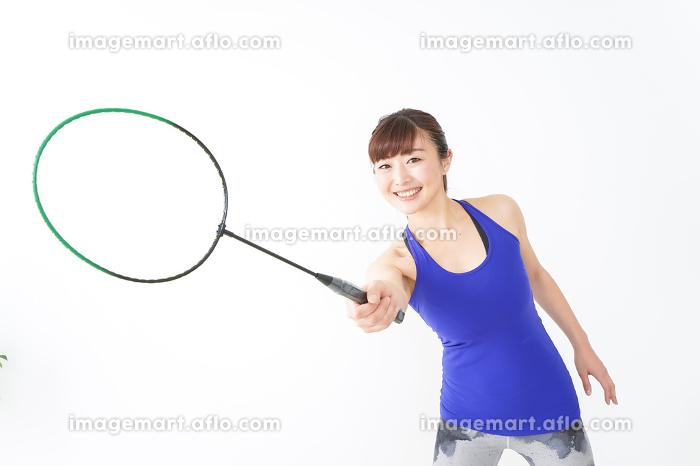 ラケットを持つ若い女性の販売画像