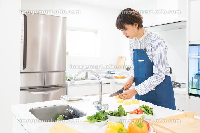 調理をする女性(料理風景)の販売画像