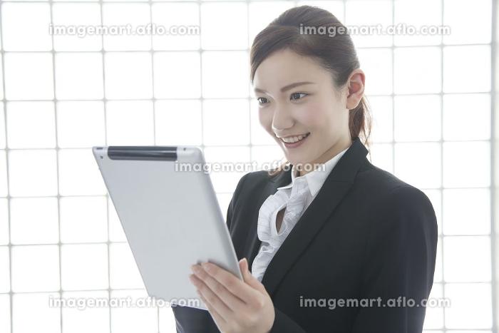 タブレットPCを操作するOLの販売画像