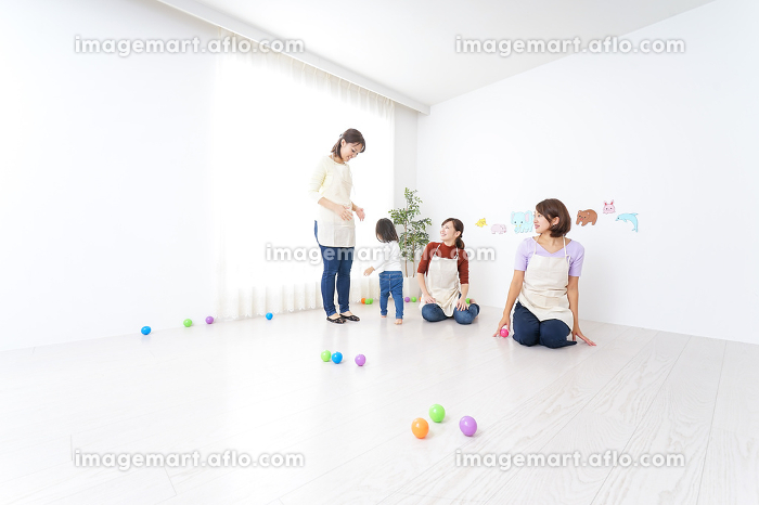 保育士と子供の販売画像