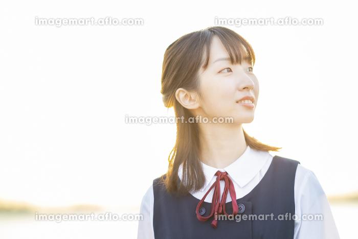 夕陽に包まれるアジア人女性の高校生の販売画像