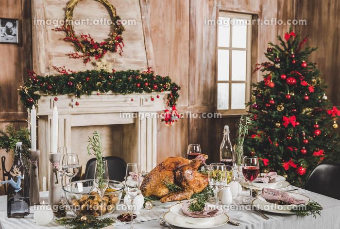Roasted turkey on holiday tableの販売画像