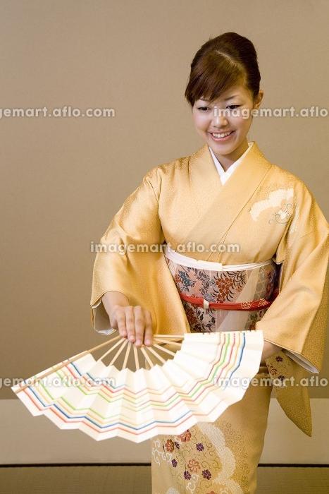 日本舞踊を踊る女性の販売画像