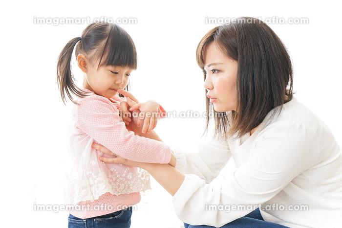 子どもをしつけするお母さんの販売画像