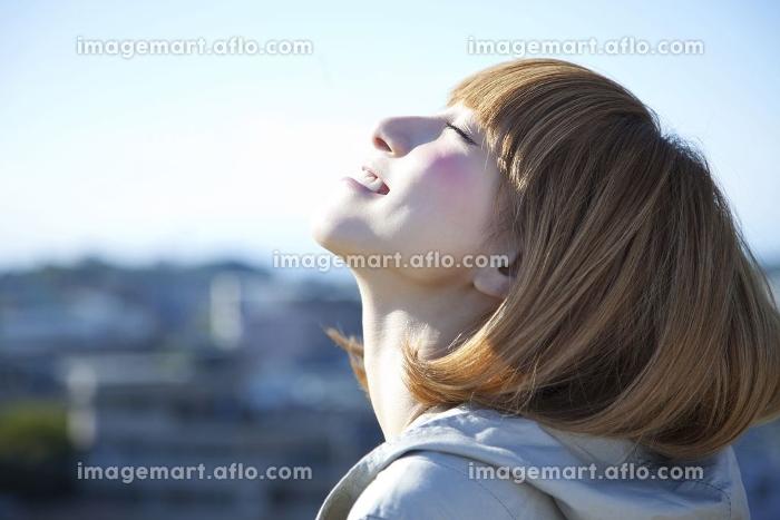微笑む女性の販売画像