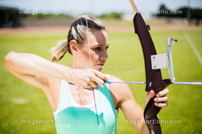 Female athlete practicing archeryの販売画像