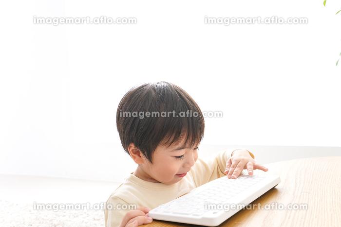 パソコンで遊ぶ子供の販売画像