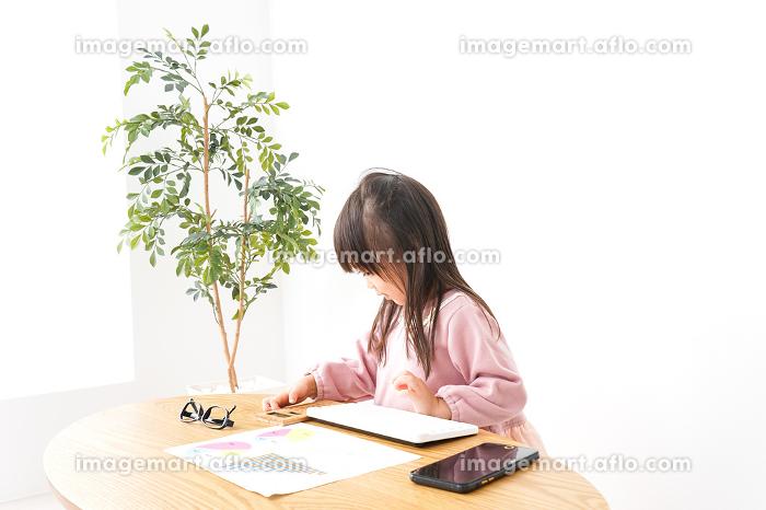 オフィスでデスクワークをするビジネスウーマンの販売画像