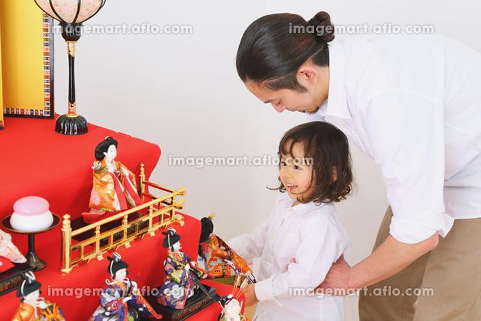 ひな人形の飾り付けをする日本人親子の販売画像