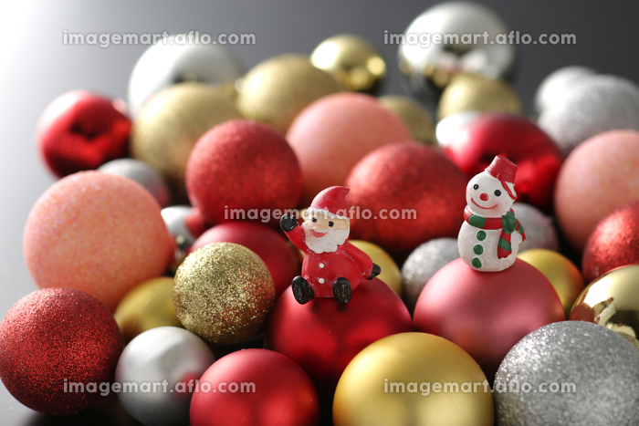 カラフルなボールを積み上げたクリスマスのイメージの販売画像