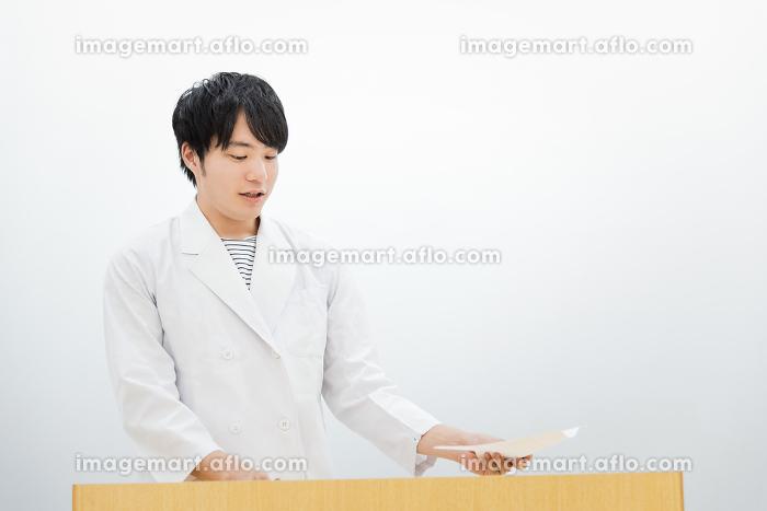 研究発表をする男性(医者・研究者・学者)の販売画像