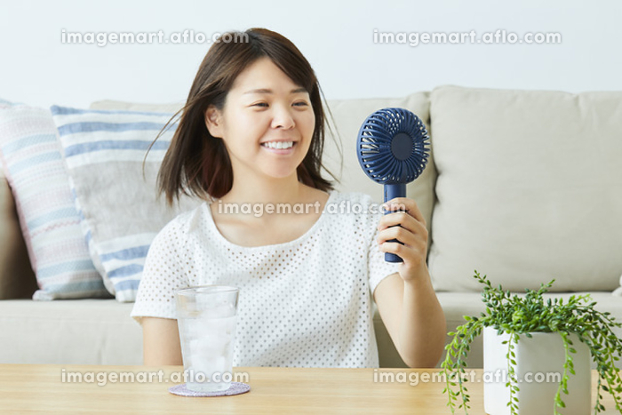 携帯扇風機を使う日本人女性の販売画像