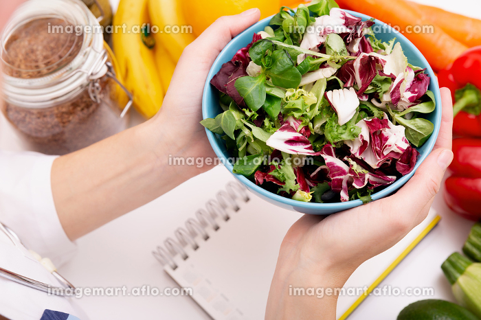 Vegetable diet nutrition and medication concept. Nutritionist offers healthy vegetables diet.の販売画像
