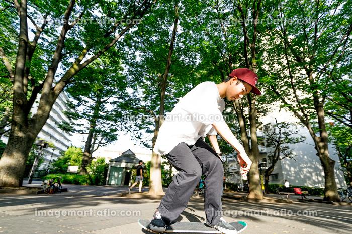 スケートボードを楽しむ男性の販売画像