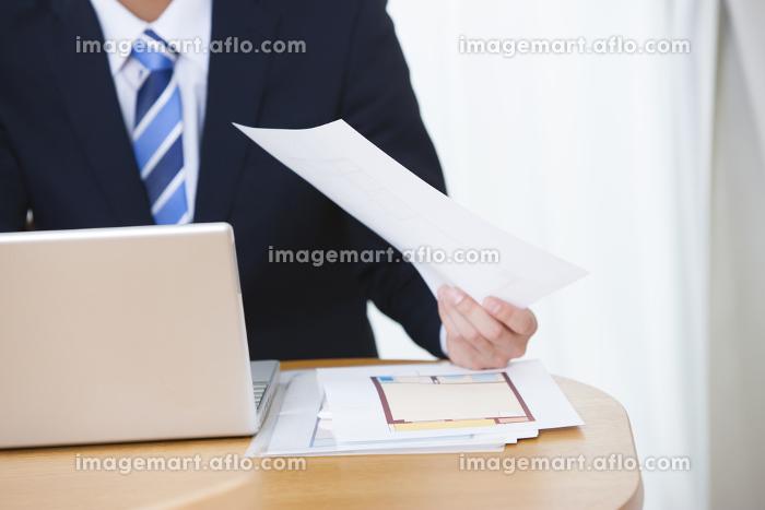 余裕の表情の男性ビジネスマンの販売画像