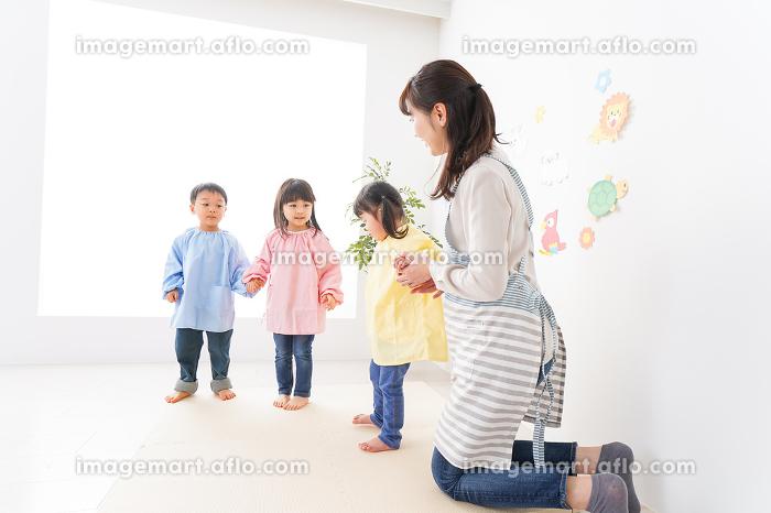 保育士と子どもたちの販売画像