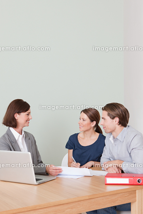 Young couple with financial adviserの販売画像