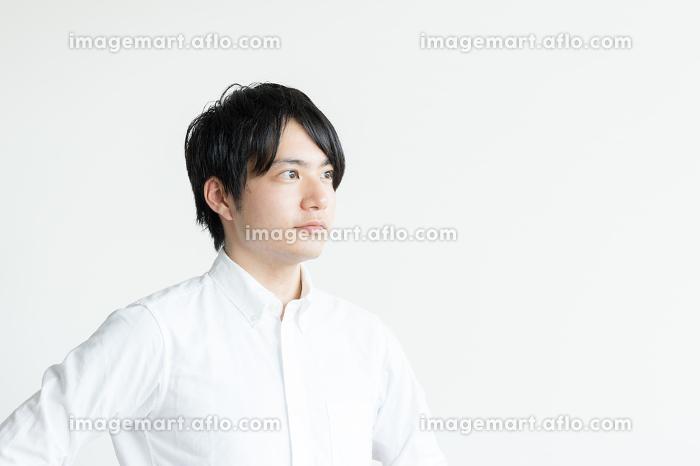 自信に満ちた表情の男性の販売画像
