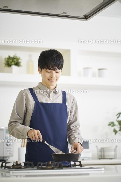 料理をする日本人男性