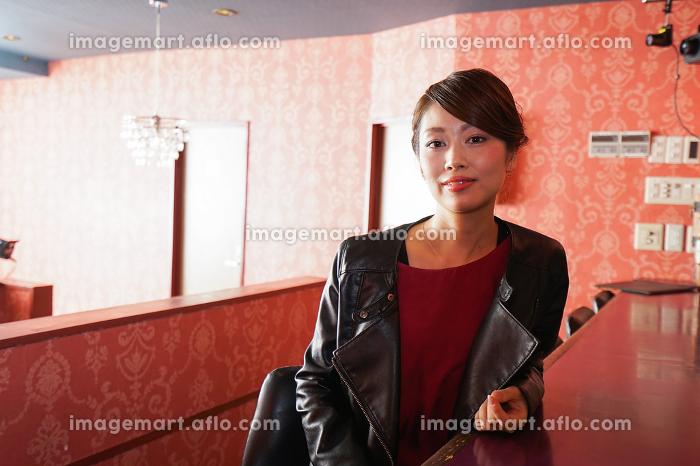 バーカウンターに座る大人の女性の販売画像