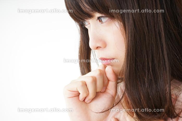 風邪で咳込む若い女性の販売画像