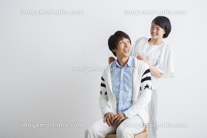 父親の肩をたたく娘の販売画像