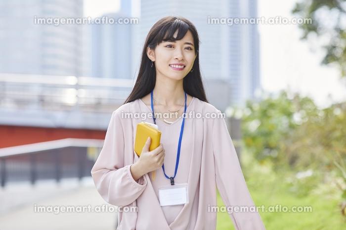 笑顔で散歩する女性の販売画像