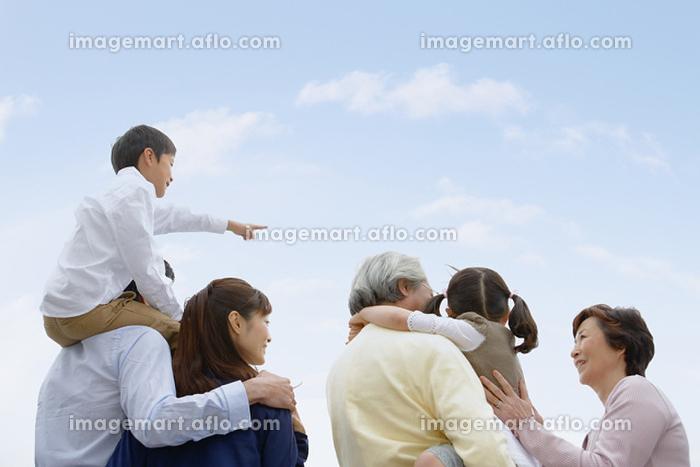 日本人の三世代家族 後ろ姿の販売画像