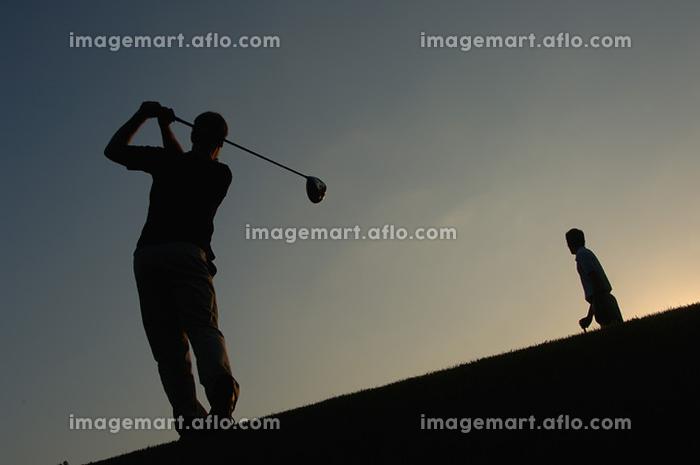 ゴルフをする男性のシルエットの販売画像