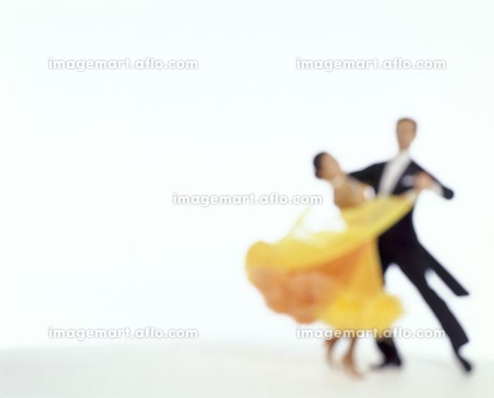 社交ダンスを踊る男女の販売画像