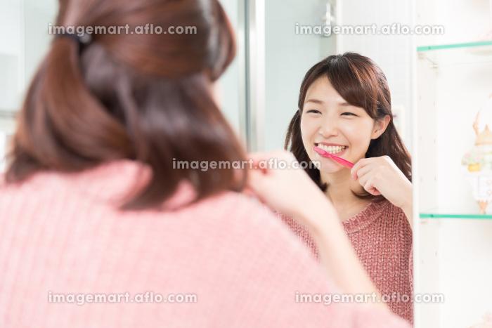 女性 歯磨きの販売画像