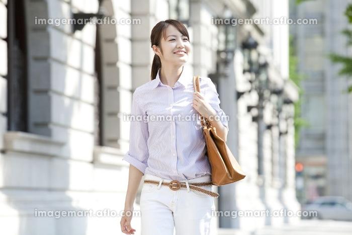 オフィス街を歩くOLの販売画像
