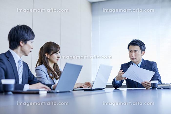 会議で説明をする日本人ビジネスマンの販売画像