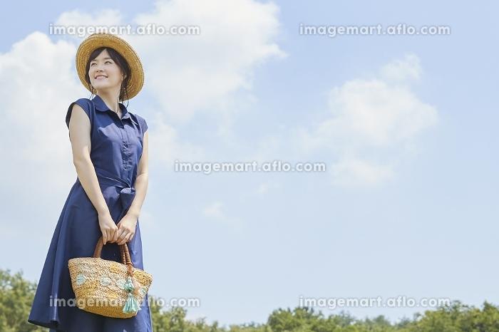 青空と日本人女性の販売画像