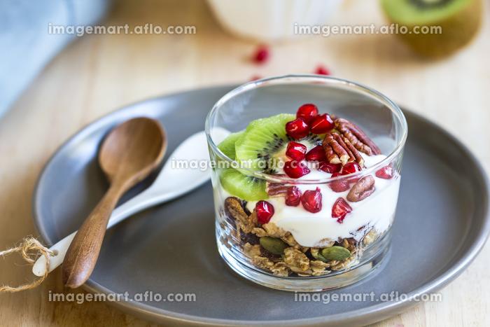 Granola with Greek yogurt ,Kiwi and Pomegranateの販売画像
