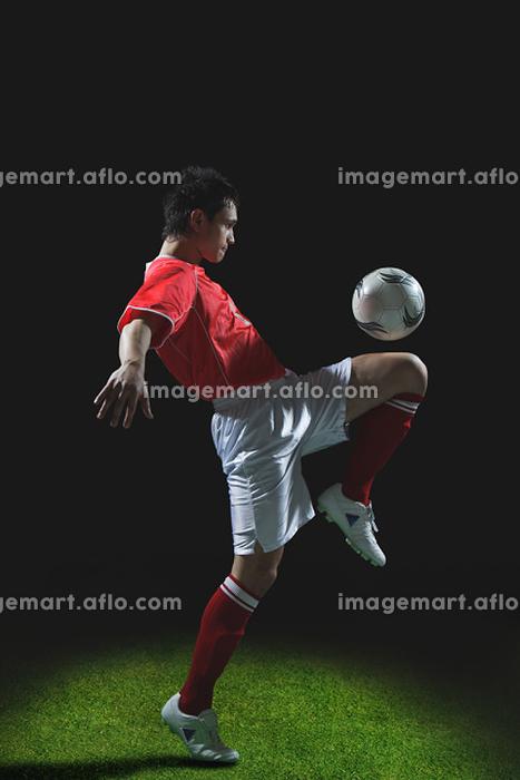 リフティングをするサッカー選手