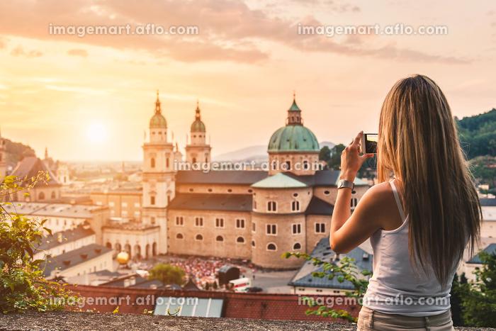 Tourist taking a photo of beatiful sunset in Salzburg Austriaの販売画像