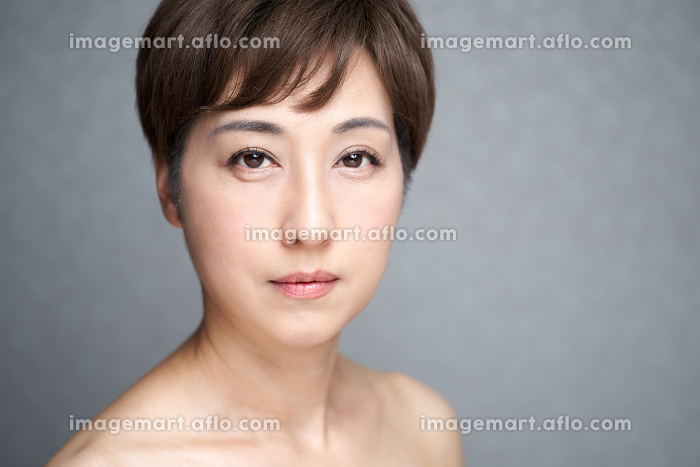 真面目な表情でカメラ目線の中年の日本人女性の販売画像
