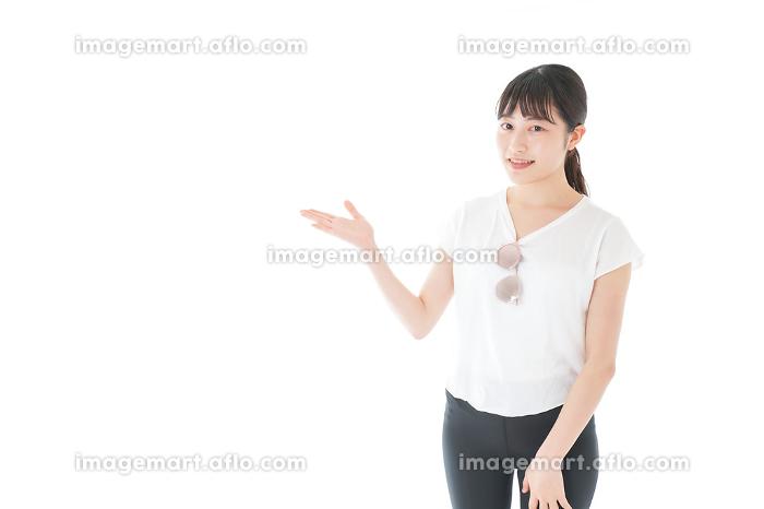 指を指す女性・リゾートイメージの販売画像