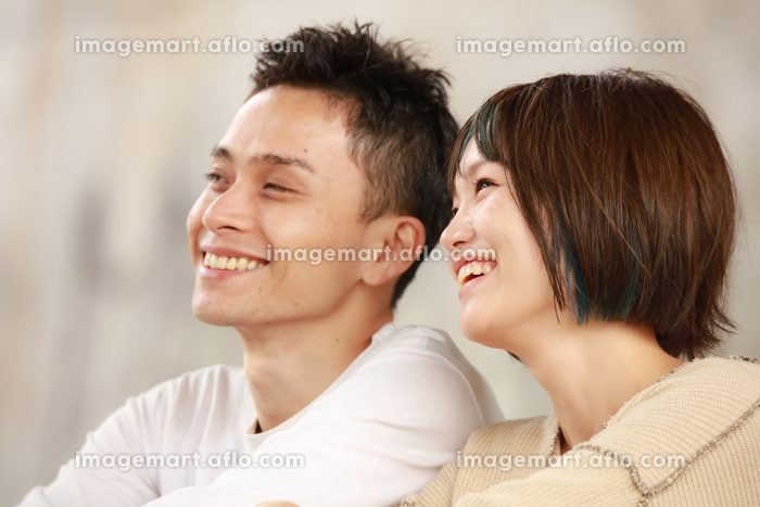 笑顔のカップルの販売画像